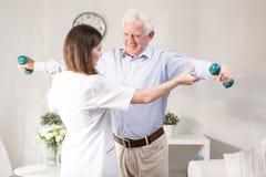 Patient de aide d'infirmière à exercer Images stock
