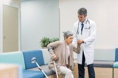 Patient de aide de docteur Image libre de droits