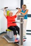 Patient de aide de physiothérapeute présentant des exercices Images stock