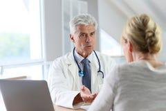 Patient de consultation de docteur Photographie stock libre de droits