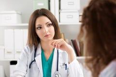 Patient de consultation de jeune docteur attentif Images stock