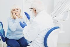 Patient de consultation de dentiste masculin sensible image stock