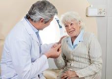 Patient de docteur Comforting Senior Female Photos libres de droits