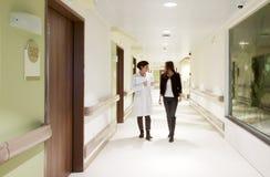 Patient de docteur de couloir d'hôpital Photos libres de droits