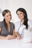 Patient de docteur féminin et de jeune femme Image stock