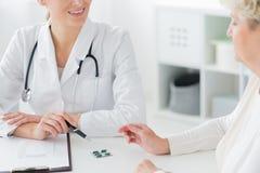 Patient de docteur Prescribing Medication To image libre de droits