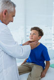 Patient de examen de docteur Photographie stock