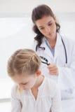 Patient de examen de docteur avec la loupe photos libres de droits