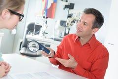 Patient de examen de mâle adulte de yeux de docteur féminin Image libre de droits