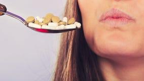 Patient de femme ne prenant pas des comprimés de pilules Images libres de droits