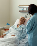 Patient de femme présentant le cancer dans l'hôpital avec l'ami Images libres de droits