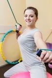 Patient de jeune femme faisant des exercices physiques dans une étude de réadaptation jeune femme faisant des exercices sur la bo Photo stock