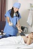 Patient de mesure de tension artérielle photo stock