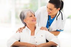 Patient de soin d'aîné de docteur Image stock