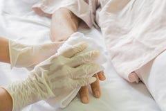 Patient de soin dans l'hôpital images libres de droits