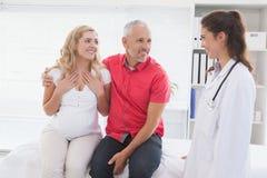 Patient de sourire consultant un docteur image libre de droits