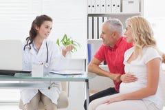 Patient de sourire consultant un docteur images stock
