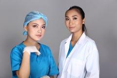 Patient de structure de docteur Check Diagnose Face d'esthéticien avant p photographie stock