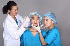 Patient de structure de docteur Check Diagnose Face d'esthéticien avant p photographie stock libre de droits