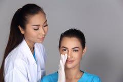 Patient de structure de docteur Check Diagnose Face d'esthéticien avant p image libre de droits