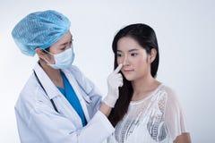 Patient de structure de docteur Check Diagnose Face d'esthéticien avant p photos libres de droits