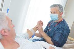 Patient de visite de port de masque de docteur Images libres de droits