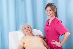 Patient, der auf Behandlungstisch liegt Lizenzfreies Stockbild
