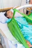 Patient, der an auf Riemen der Hebebühne liegt lizenzfreie stockfotografie