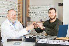Patient, der Augengläser wählt stockbilder