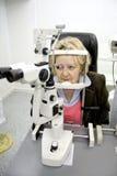 Patient in der Augenheilkunde stockbild