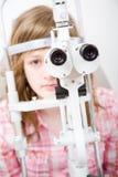 Patient in der Augenheilkundearbeit Lizenzfreie Stockbilder