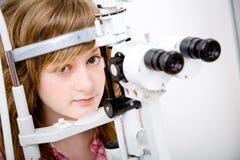 Patient in der Augenheilkundearbeit Lizenzfreie Stockfotos