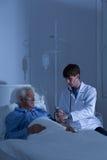Patient, der Blutdruck gemessen wird Stockfotografie