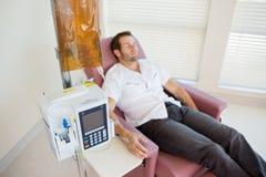 Patient, der Chemotherapie durch IV Tropfenfänger empfängt Lizenzfreie Stockfotos