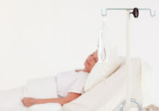 Patient, der in einem Krankenhaus schläft lizenzfreies stockfoto