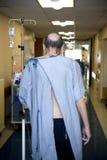 Patient, der hinunter den Krankenhausfußboden geht Lizenzfreies Stockbild