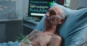 Patient, der im Krankenhaus schl?ft stock video