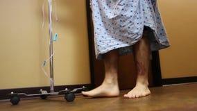Patient, der mit IV Polen geht stock video