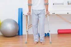 Patient, der mit Krücke steht lizenzfreie stockbilder