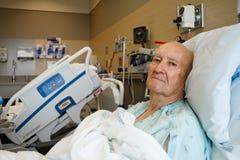 Patient, der oben im modernen Krankenhaus-Raum sitzt Stockbild