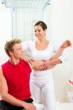 Patient an der Physiotherapie Lizenzfreies Stockfoto