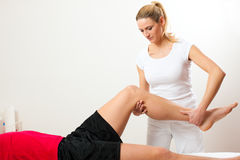 Patient an der Physiotherapie Stockfoto