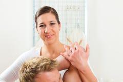 Patient an der Physiotherapie an der körperlichen Therapie Stockbild