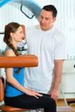 Patient an der Physiotherapie, die körperliche Therapie tut Stockfotos
