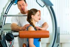 Patient an der Physiotherapie, die körperliche Therapie tut Stockfoto