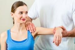 Patient an der Physiotherapie, die Physiotherapie tut stockbild