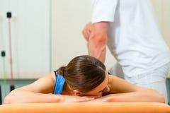 Patient an der Physiotherapie, die Physiotherapie tut Stockfotografie