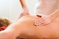 Patient an der Physiotherapie - Massage Lizenzfreie Stockbilder