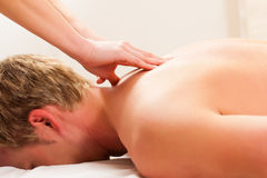 Patient an der Physiotherapie - Massage Lizenzfreie Stockfotos