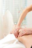 Patient an der Physiotherapie - Massage Stockfoto